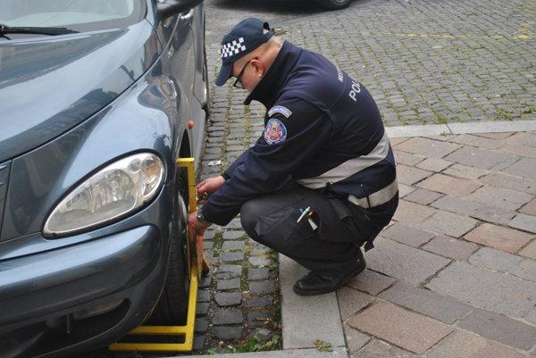 """Rozdávali sa """"papuče"""". Niekoľko sa ušlo autám aj na Mäsiarskej ulici."""