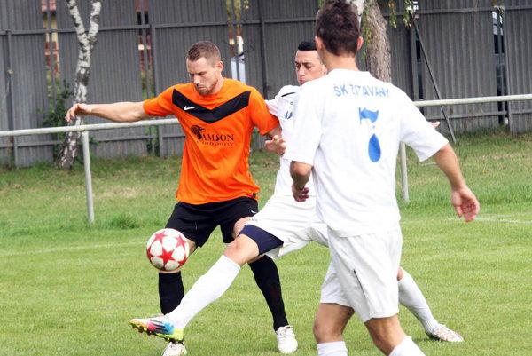 Vratislav Gajdoš (v oranžovom) sa prezentoval hetrikom.