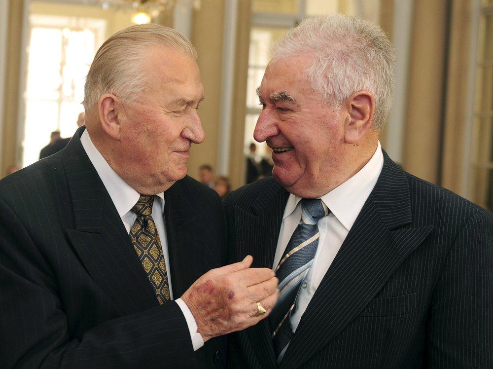 Michal Kováč s kňazom Antonom Srholcom na odovzdávaní ocenenia Krištáľové krídlo v roku 2009.
