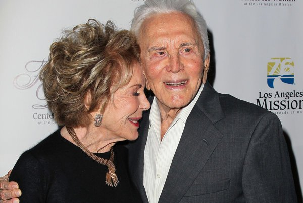 Čochvíľa storočný Kirk Douglas a Anne Buyndensová tvoria pár šesťdesiatva rokov.