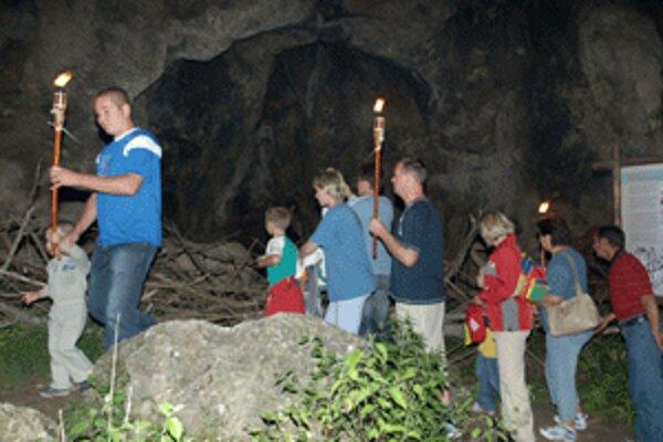 Múzeum praveku ponúka aj nočné prehliadky pri svetle fakieľ.