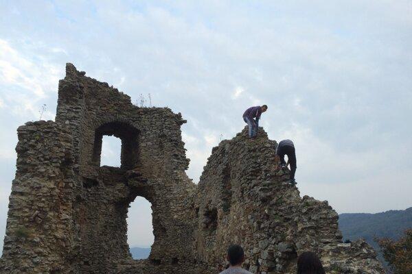 Ľudské kamzíky. Aj takíto návštevníci chodia na Brekovský hrad.