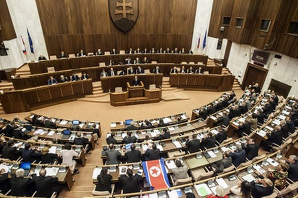Zasadnutie parlamentu pri odvolávaní Fica.