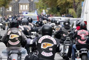 Členovia a priaznivci klubu Hells Angels prichádzajú na motorkách na pohreb šéfa klubu.