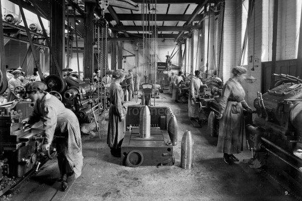 Ženy už nemohli sedieť doma: museli sa postarať o rodinu a vyrábať vo fabrikách napríklad aj zbrane a muníciu pre mužov, ktorí bojovali.