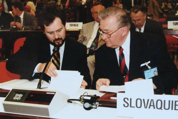 Na archívnej snímke Pavol Demeš s prezidentom Michalom Kováčom