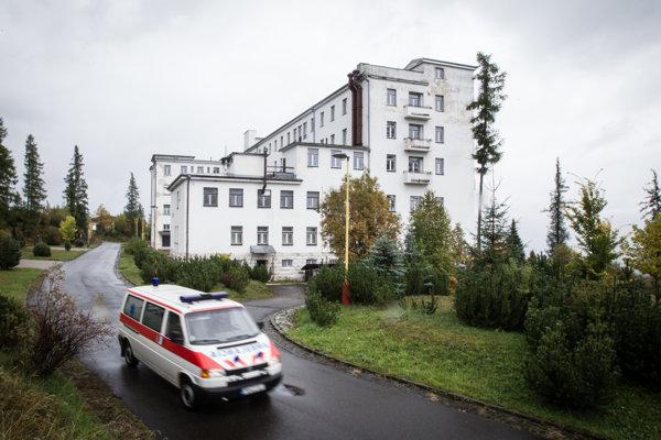 Vojenská liečebňa v Novej Polianke chátra už od začiatku minulého leta. Ministerstvo hovorí, že plán na jej obnovu už má.