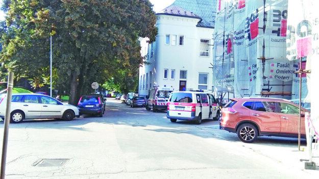 Budovu vedľa  psychiatrie prerábajú, časť parkovacích miest zabralo stavenisko.
