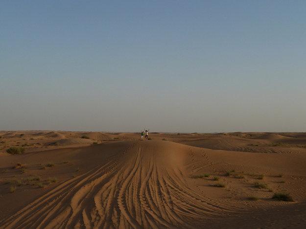 Púšť a more piesku je pre deti zaujímavým zážitkom.