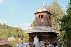 Obnovená drevená zvonica vo Vyšehradnom.