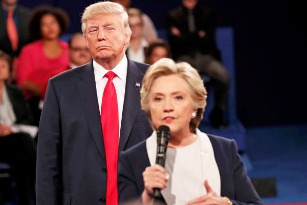 Trump prenasleduje Clintonovú.