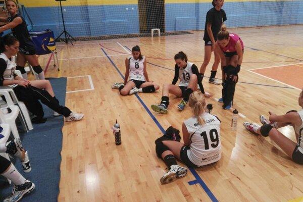 Smutné volejbalistky Slávie TU Zvolen po zápase v Kežmarku