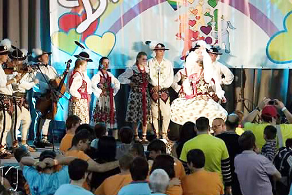 Rezká goralská muzika a tanečníci priamo v akcii.
