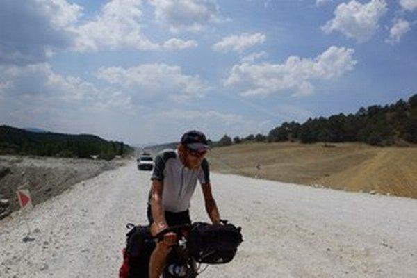 Cyklistasamotár Tomáš Princzkel v Turecku.