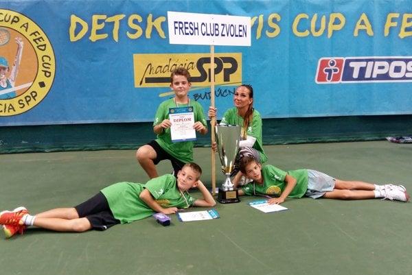 Víťazná zostava Fresh Club Zvolen spolu s trénerkou Ištokovou