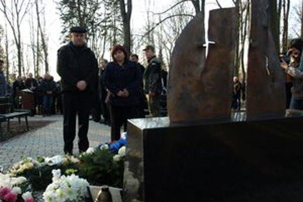 Zatiaľ čo pozostalí smútili pri pomníku za svojimi blízkymi, minister Galko načrtol možný zánik VOP.