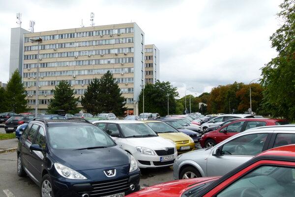 Parkovaciu plochu pred poliklinikou by podľa návrhu malo opraviť mesto. Následne by ju dostalo od kraja do prenájmu.