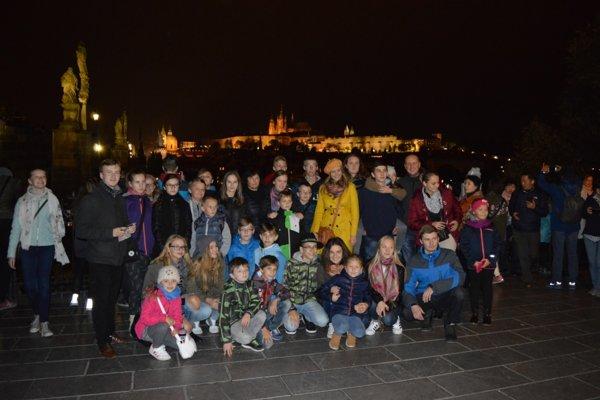 Spoločná fotografia DFS Kelčovan, v pozadí nočná Praha.