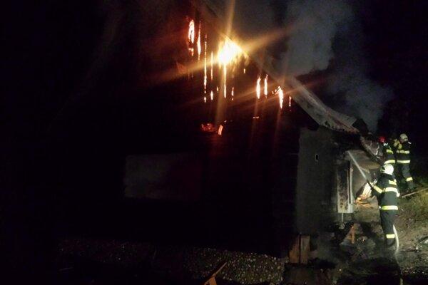 Chata zhorela do tla.