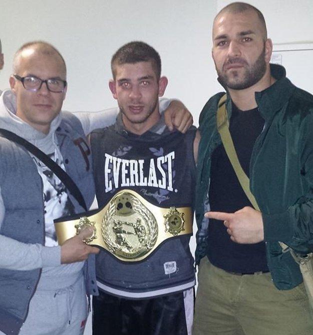 Šampión Róbert Rácz so svojim trénerom z BOX Clubu Lučenec Štefanom Bohinským (vľavo) a profesionálnym pästiarom Lukášom Filkom.