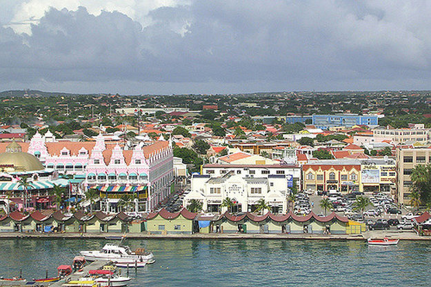 V hlavnom meste Oranjestad sa výrazne prejavuje vplyv holandskej architektúry.