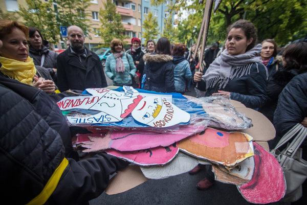 Transparenty počas pochodu za zodpovednosť, ktorý organizovala Iniciatíva slovenských učiteľov.