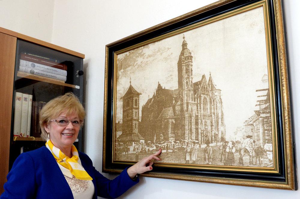Vedúca archívu Mária Hajduová pri fotografii Dómu sv. Alžbety v Košiciach z roku 1870.