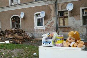 Po požiari spia rodiny v telocvični školy, kam chodia ich deti