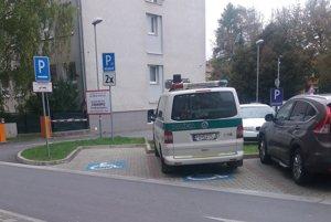 Parkujúci policajt. Na mieste pre invalidov.