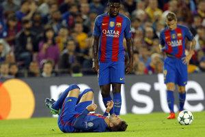 Gerard Pique leží po zranení v zápase Ligy majstrov.