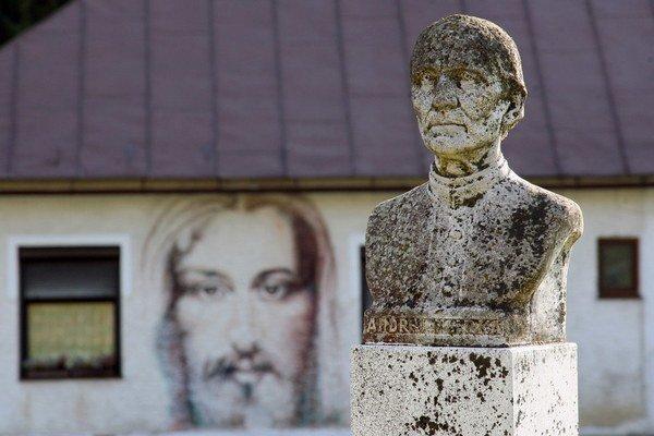 Obrázok Ježiša Krista a busta Andreja Hlinku v kysuckom Klokočove.