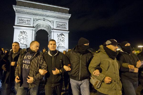 Policajní príslušníci v civile demonštrujú na parížskom bulvári Champs-Élysées.
