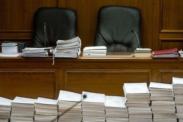 Spisové materiály v súdnej sieni.
