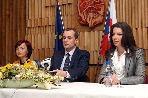 Katarína Macháčková (vľavo), Radoslav Procházka (uprostred) a Katarína Cséfalvayová (vpravo) počas tlačovej besedy prípravného výboru politickej strany Radoslava Procházku.