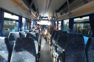 Mladí ľudia autobusy využívajú hlavne pri dochádzaní do škôl.