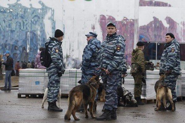 Policajti so psami kontrolujú olympíjsky park.