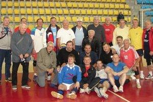 Spoločné foto na volejbalovom stretnutí.