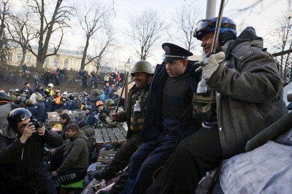 Situácia na Ukrajine bola v piatok celkom pokojná. Z krajiny však hlásia stovky zranených.