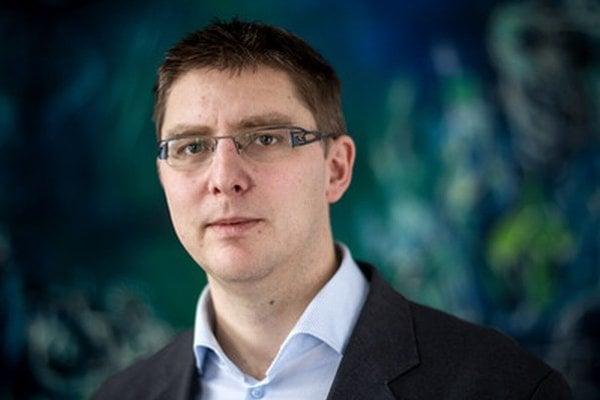 Martin Slosiarik má 37 rokov, vyštudoval sociológiu na Filozofickej fakulte UK. V prieskumnej agentúre Focus pracuje od roku 1999 a v súčasnosti je riaditeľom spoločnosti.