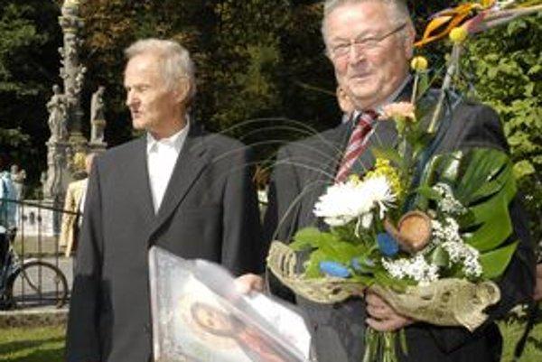 Waltherovi Greschnerovi (vpravo) pomáha na Slovensku Karol Déri.