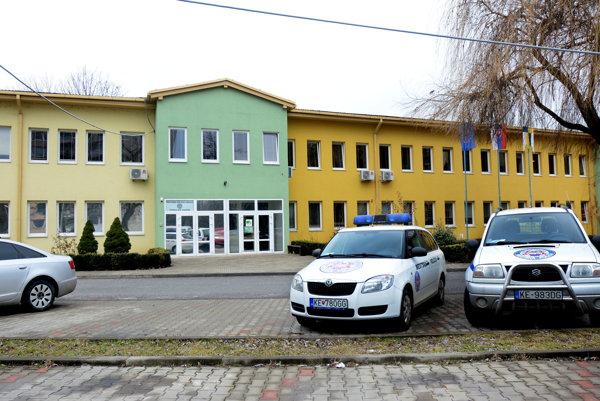 Stanica mestskej polície Nad jazerom. Na incident medzi nevidiacim Jazerčanom apríslušníkmi majú susedia iný názor ako MsP.