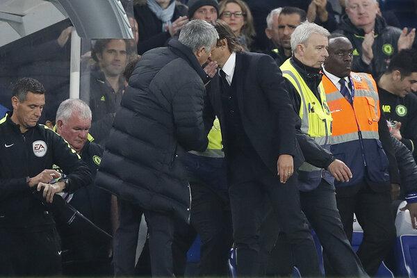 Jose Mourinho po zápase dohovára Antoniovi Contemu.