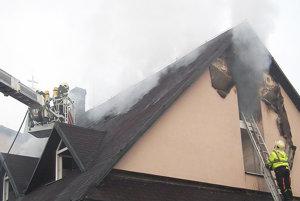 Strechu musia hasiči na viacerých miestach rozpíliť.