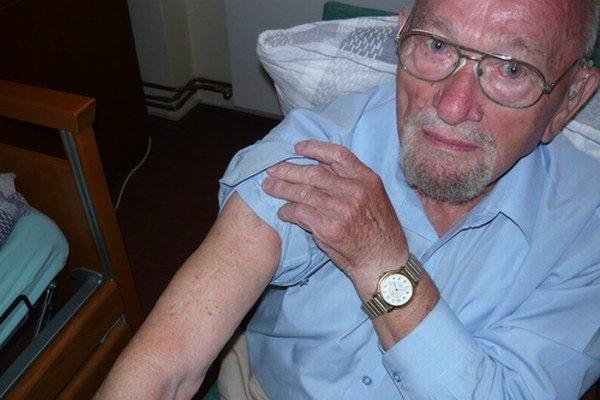 Ján Bugel ukazuje zranenie, ktoré utŕžil v SNP.