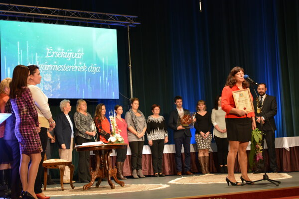 Poslednou ocenenou bola jubilantka dožívajúca sa 50 rokov – Základná škola na Hradnej ulici. Ocenenie prevzala riaditeľa školy Marta Bystrická.