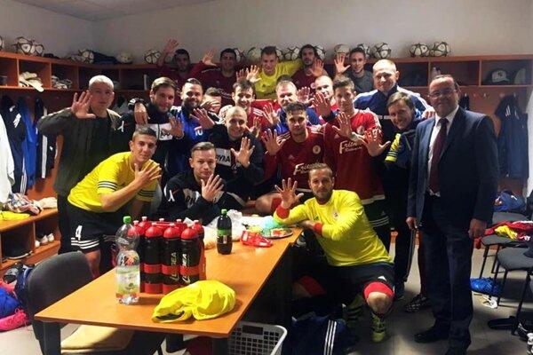 """Futbalisti Alekšiniec uštedrili Veľkému Zálužiu """"päťku"""" a vrátili sa do čela tabuľky, pretože Tovarníky majú odložený zápas."""