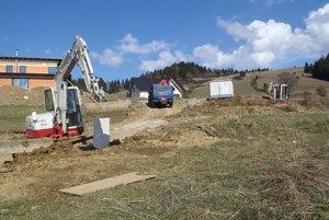 Výstavba elektrickej siete na nových lokalitách.