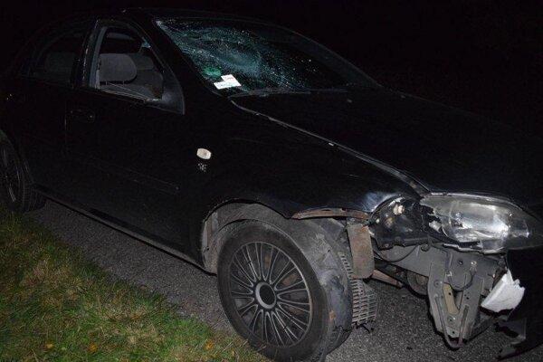 Auto zachytilo chodca, ktorý kráčal v smere jeho jazdy.
