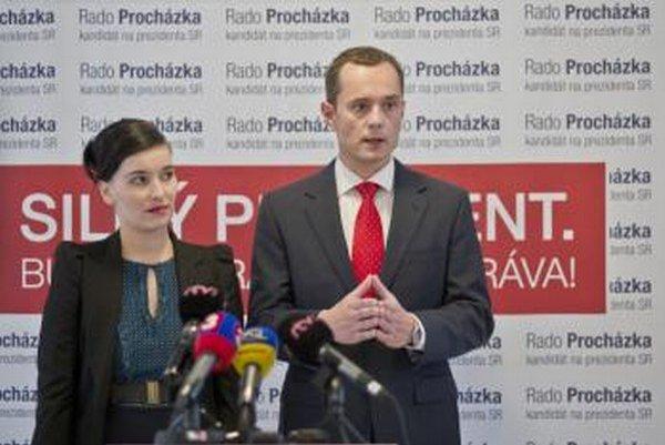 Radoslav Procházka (vpravo) s manželkou Katarínou pred  odovzdaním podpísaných petičných hárkov.