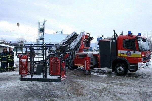 Rebrík je pre hasičov dôležitý.